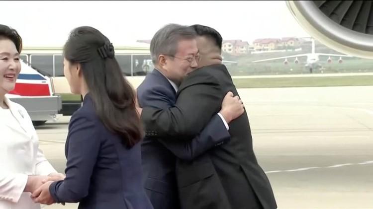 Встреча лидеров двух Корей и их жен в аэропорту Пхеньяна 18 сентября
