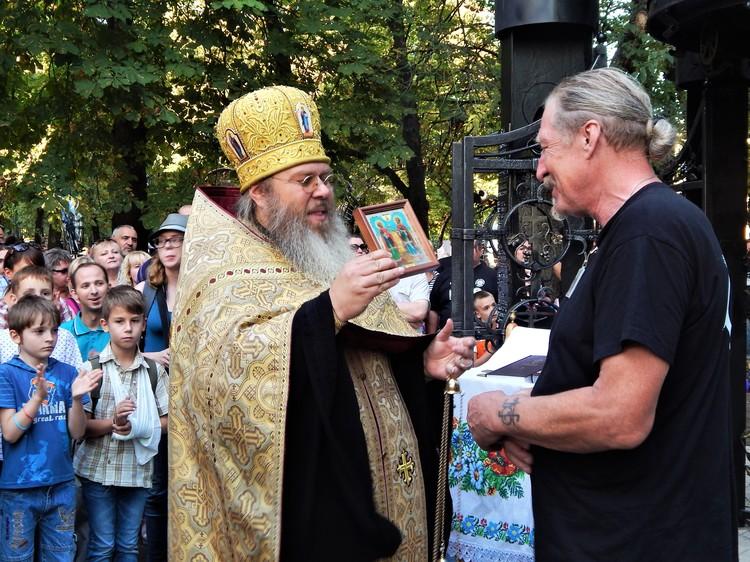 Отец Никита передал Виктору Бурдуку в дар икону святых Космы и Дамиана