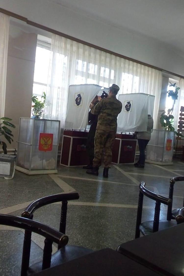 """Члены Общественной палаты заявили, что солдат фотографировали для стенгазеты, а бюллетень был повернут """"рубашкой"""" вверх."""
