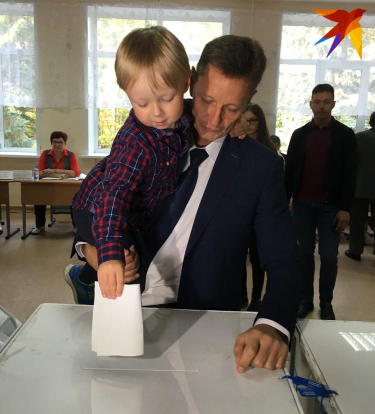 Владимир Сипягин голосует с сыном