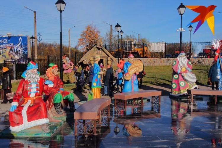 В центре детского городка, на приподнятой площадке - скульптурная композиция по сказке «12 Месяцев».