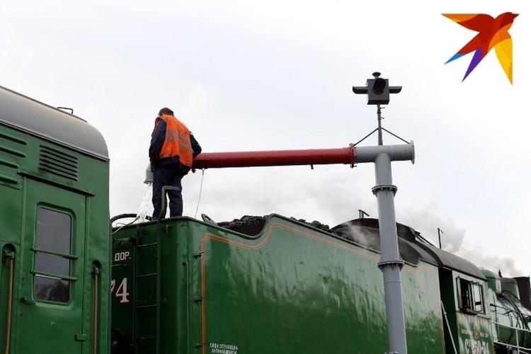 Вода в гидравлическую колонку для паровоза поступает из старинной водонапорной башни 1907 года