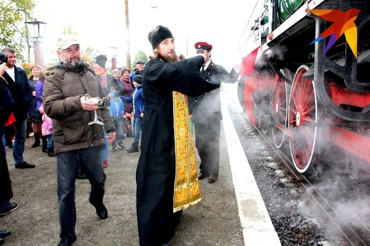 На самой первой остановке паровоз окропили святой водой