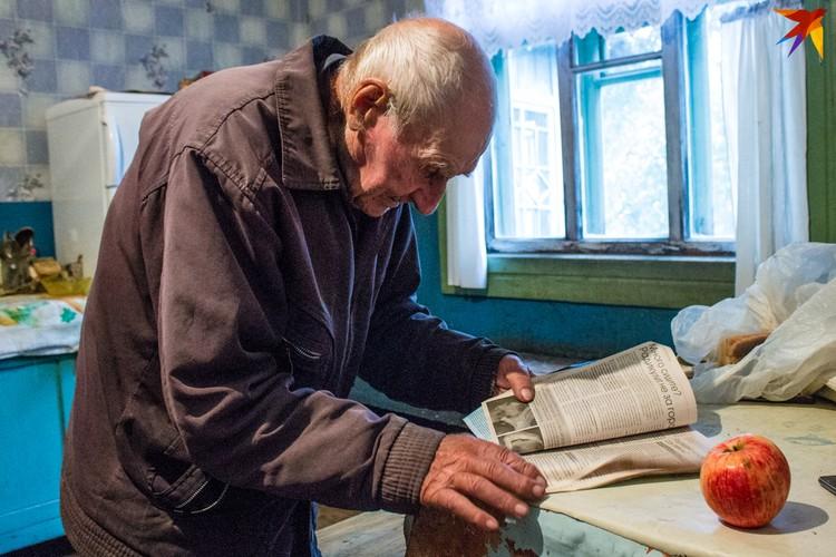 Александр Михлюк подсматривает в журналах упражнения для утренней гимнастики.