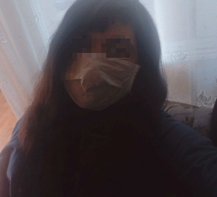 Школьница часто прятала лицо на фотографиях