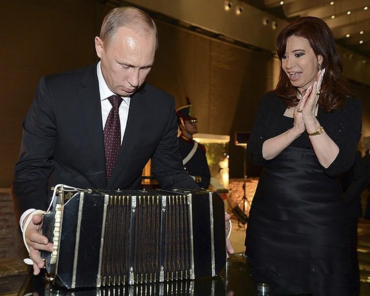Киршнер подарила российскому лидеру бандонеон