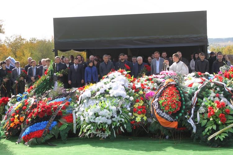 На кладбище «Донецкое море» прошел молебен по случаю сорока дней с момента гибели первого Главы ДНР