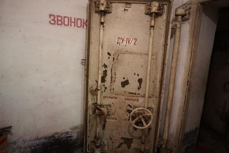Герметичная дверь защищает убежище от обстрелов ВСУ.