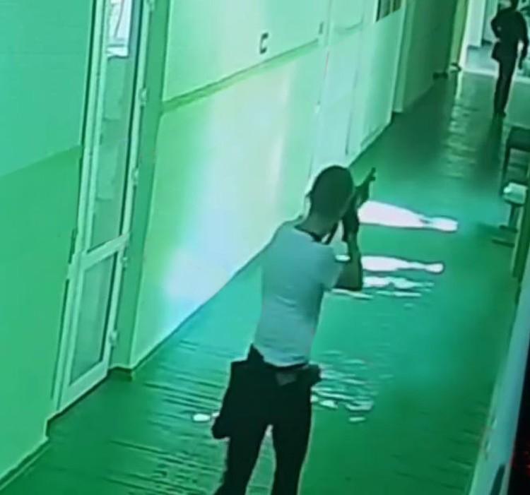 Студент стрелял в спины своим однокурсникам и учителям. А потом принялся палить по огнетушителям. Фото: Вести-Крым