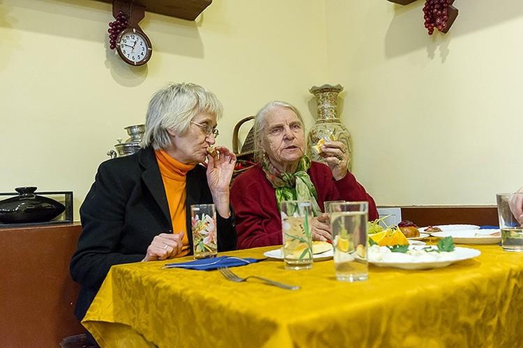 Пенсионеры со слезами на глазах благодарят предпринимателей за внимание и заботу к ним.