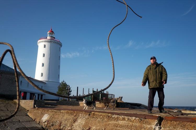Раньше Дмитрий служил на Сахалине на метеостанции и в картографическом центре в Петербурге