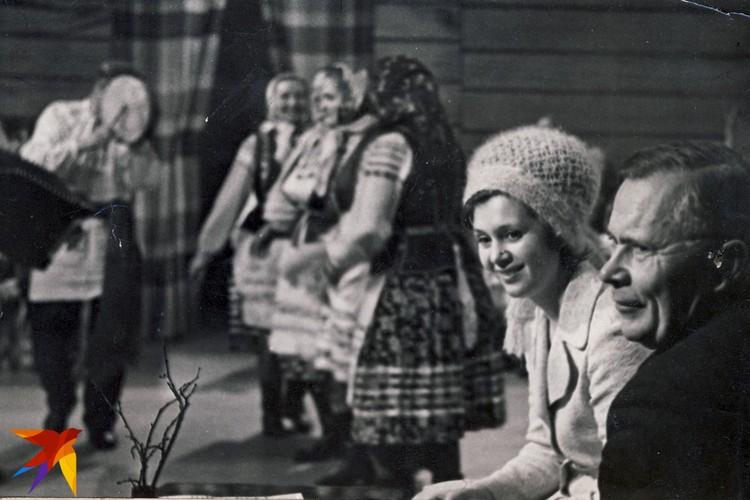 """Для дикторов одной из любимых передач была """"Запрашаем на вячоркі"""". На этом снимке 1973 года Зинаида Бондаренко с руководителем национального хора Геннадием Цитовичем. Фото: Личный архив"""