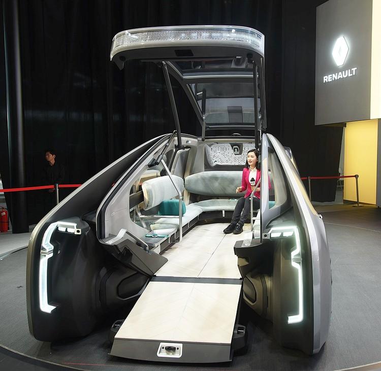 Таким видят ближайшее автомобильное будущее в компании Рено. Автомобиль становится уютнее и удобнее, передвижение по городу берет на себя компьютерная система.