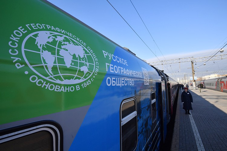 """Вот он стоит новенький, красиво расписанный поезд """"Москва - Владивосток"""""""