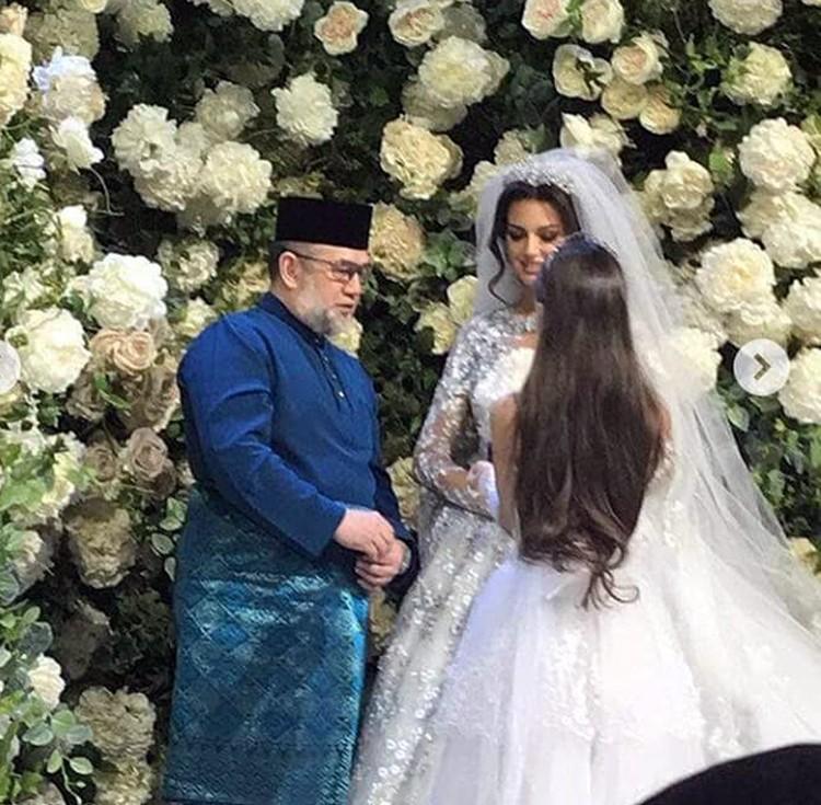 Настоящий монарх, 49-летний король Малайзии Мухаммад V сочетался законным браком с 25-летней победительницей конкурса «Мисс Москва-2015» Оксаной Воеводиной