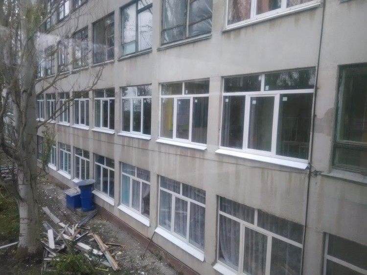 В учебном корпусе уже заменили часть окон. Фото: kerchpoliteh.ru