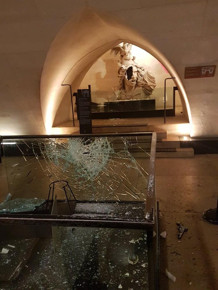 Очевидцы делятся снимками результатов погрома в соцсетях. Фото: Twitter/Philippe Belaval