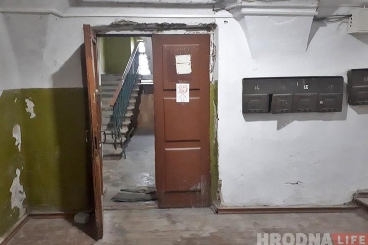 В подъезде исторического дома жилыми остались только две квартиры. Фото: hrodna.life.