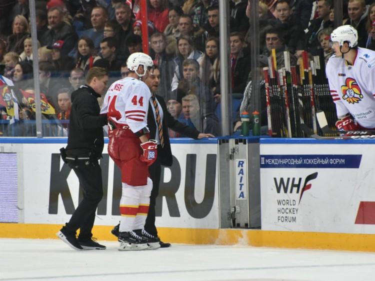 Каюмов сначала впечатал в борт одного из соперников, а потом ударил судью.