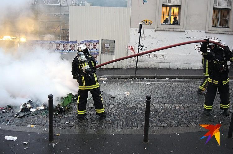 У парижских пожарных очень много работы.