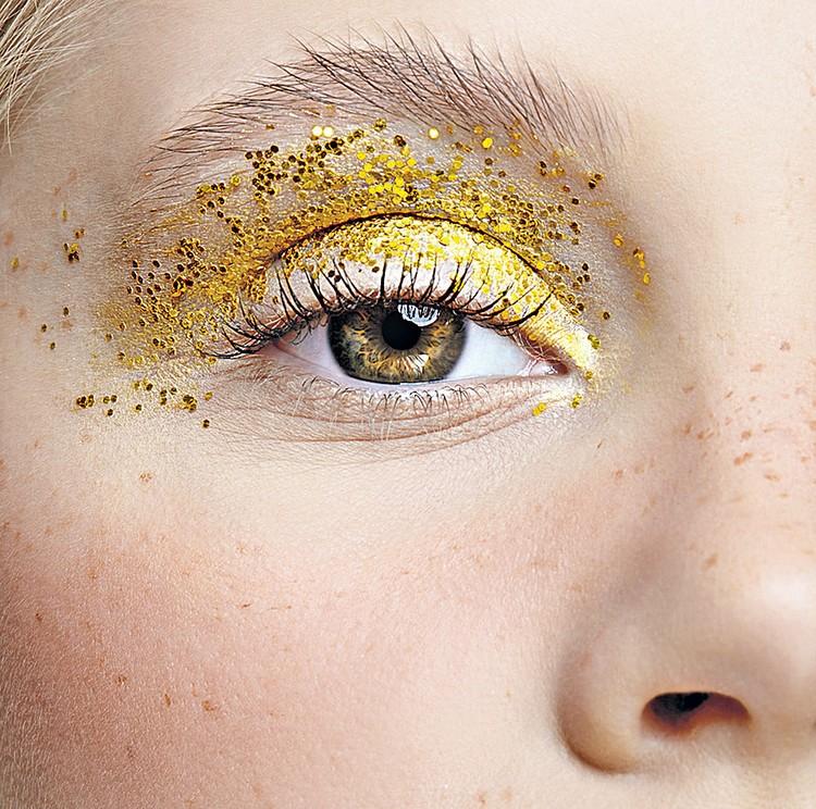 Новый год - это праздник, когда можно порадовать себя любимую макияжем предельной яркости. Фотобанк Лори