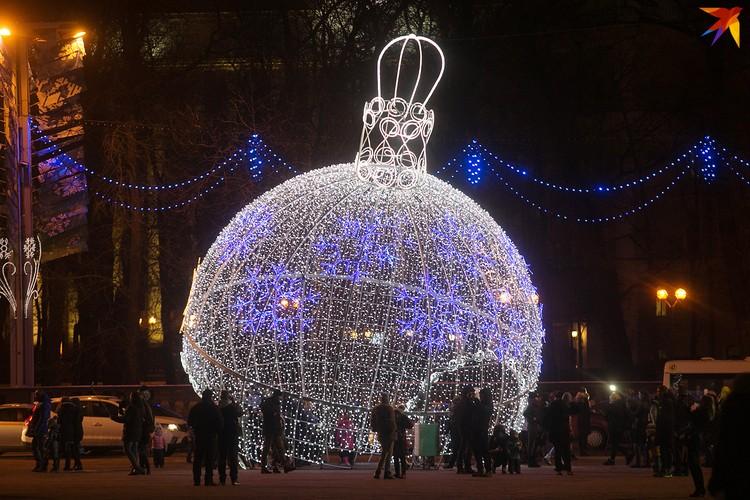 Главную площадь, как обычно, украшают огромные светящиеся шары.