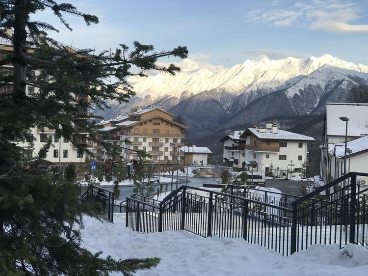 Бывшая олимпийская деревня. Гостиницы, где сегодня селят туристов, во время Зимних игр-2014 принимали спортсменов из сборных со всего мира.