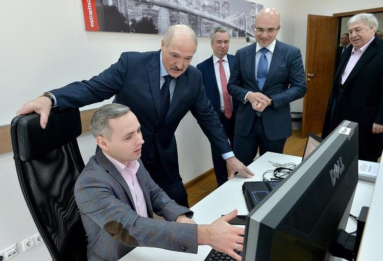 Александр Лукашенко пришел в офис айтишников. Виктор Прокопеня и Михаил Гуцериев - крайние справа. Фото: БелТА.