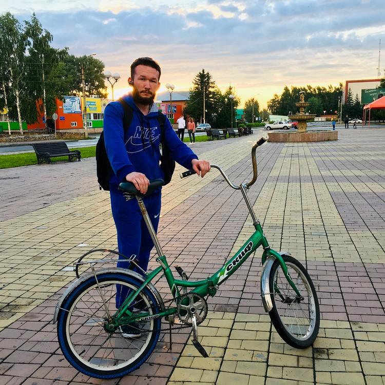 Велосипел батюшке подарили.