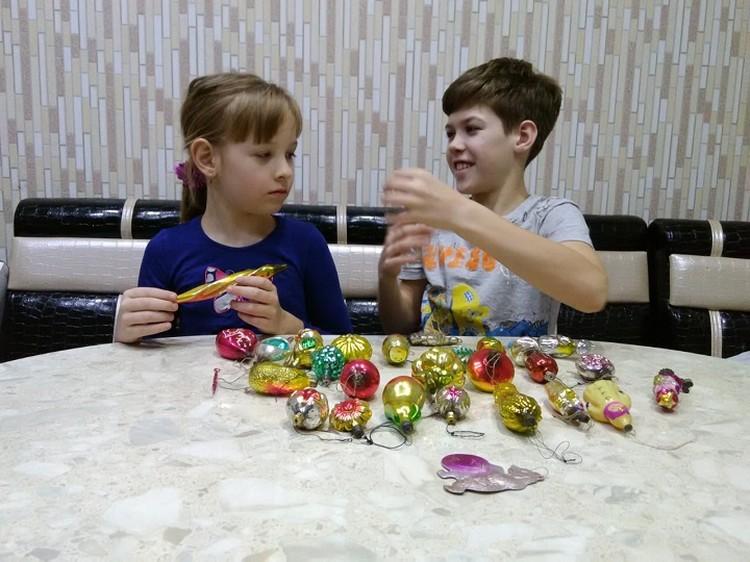 Детям очень понравились старые новогодние игрушки. Фото: Владимир Шнайдер