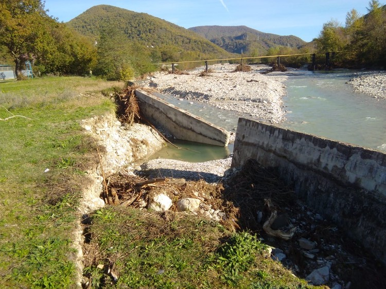 Бесхозяйное берегозащитное сооружение в поселке Шепси, разрушенное при наводнении 24-25 октября 2018 г. Фото 29.10.2018