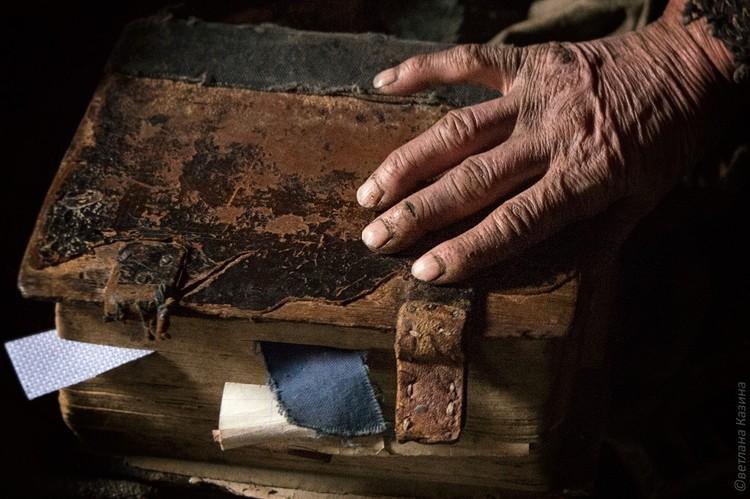 Натруженные руки Агафьи Карповны... Фото: Светлана КАЗИНА.