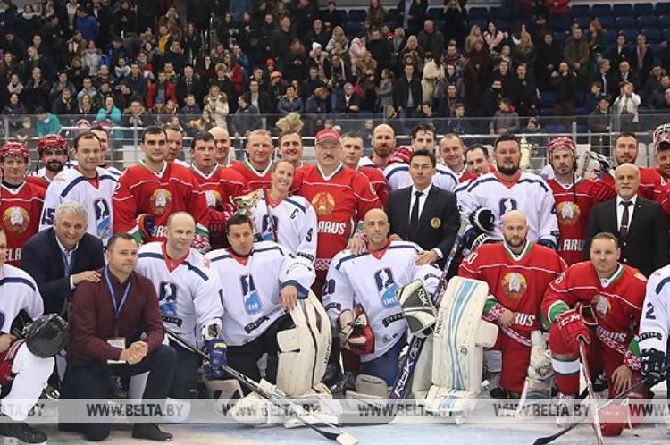 Александр и Николай Лукашенко сыграли в хоккей. Фото: БелТА.