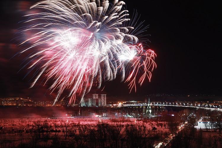Захватывающее зрелище - вспышки огней над вечерним городом