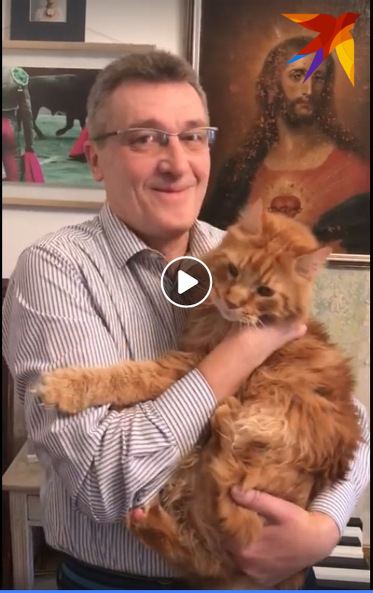 Адам Глобус поздравил белорусов з калядкамі на пару со своим рыжим котом