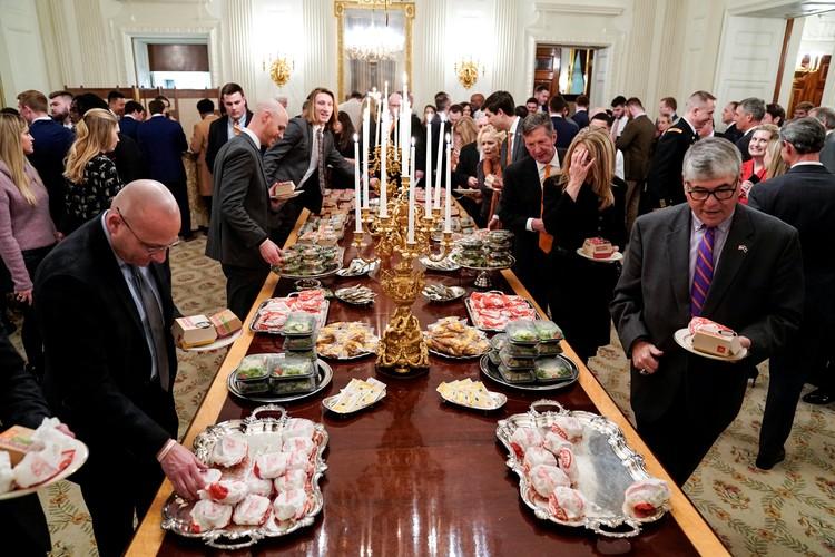 Гости приема угощались едой простых американцев.