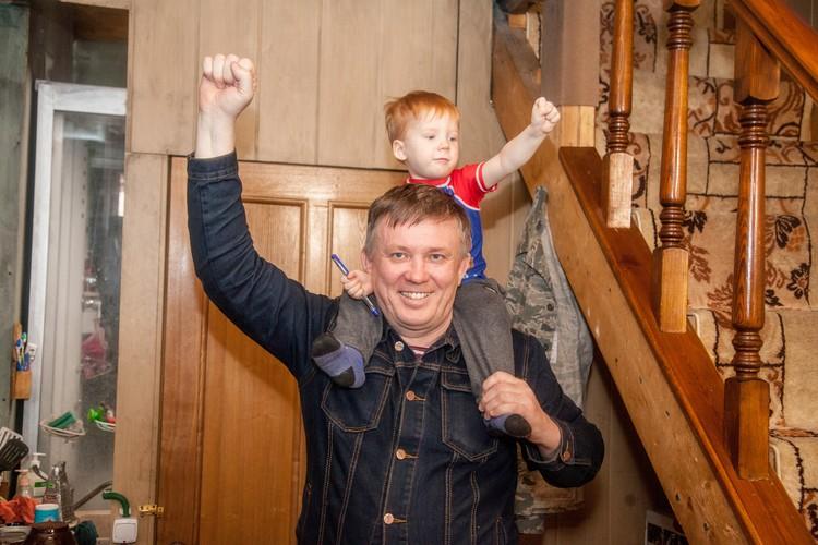Сейчас Ростислав сам воспитывает сына.