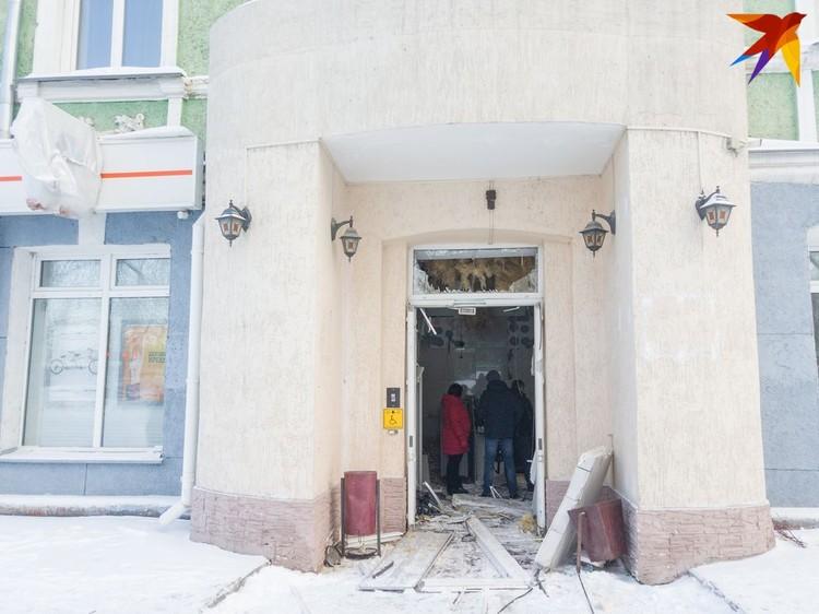 Так сейчас выглядит вход в банк.