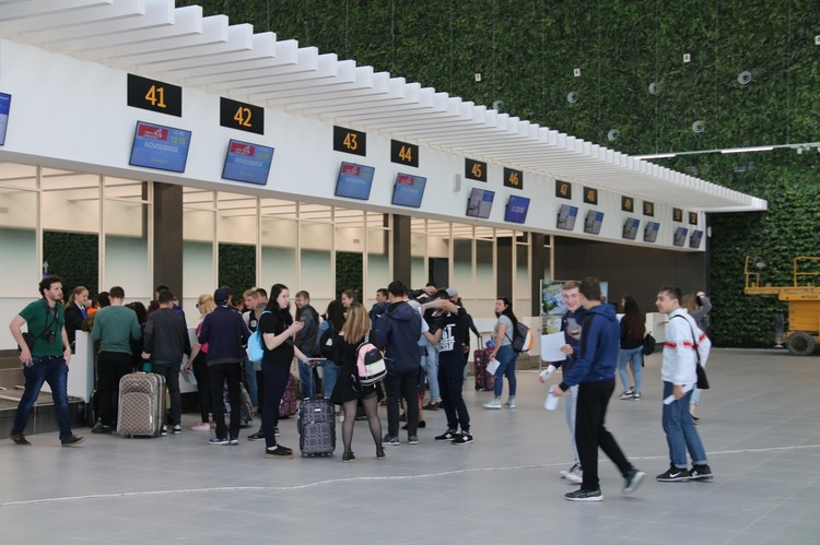 Больше всего пассажиров летят в Крым из Москвы.