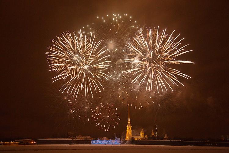 Салют в честь снятия блокады Ленинграда.