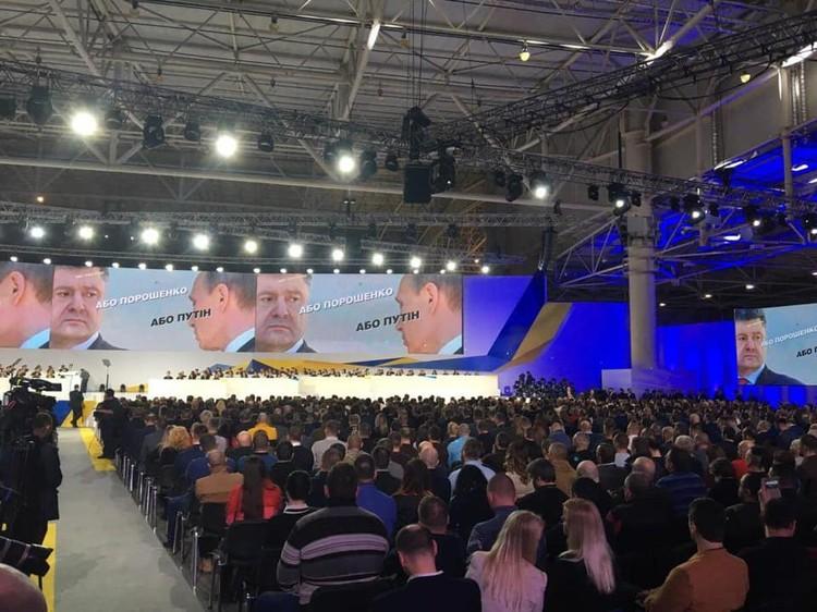 В агитационном ролике Петра Порошенко он предлагает выбирать между ним и российским лидером.