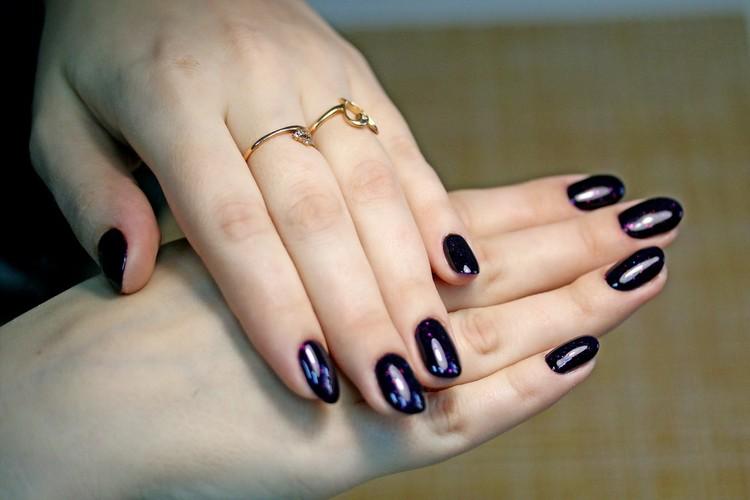 Дарья Евстафьева выбрала для своих ногтей насыщенный синий цвет.