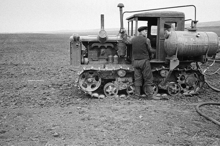 1958 г. Колхозники во время подготовки к весеннему севу. Фотохроника ТАСС