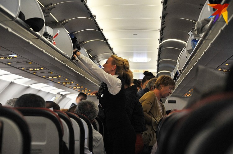 Стюардессам по правилам этика необходимо помогать