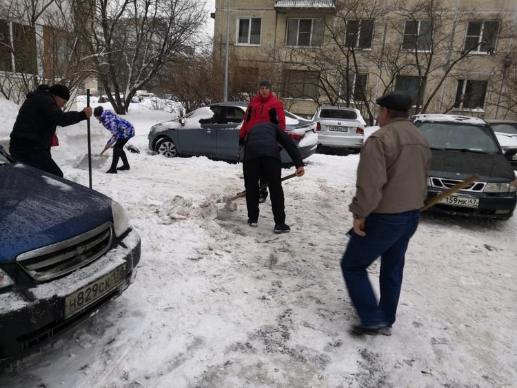 Жители города взялись за лопаты. Фото: социальные сети.