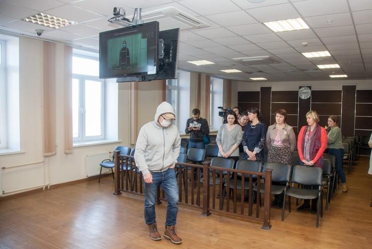 Заседание в краевом суде было закрытым. С Леонидом Б. связывались в режиме видеоконференции. В зале суда был лишь его отец.