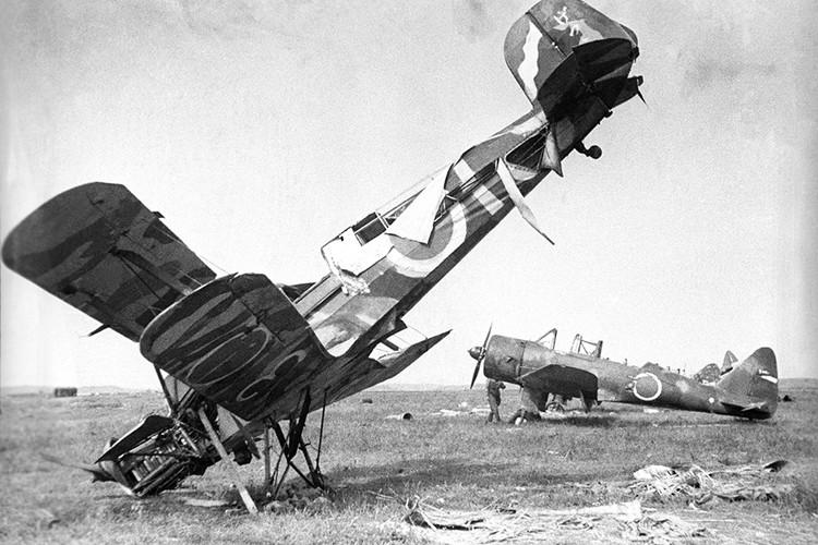 Август 1945 года, Маньчжурия. Подбитый японский самолет. Фото Александр Становов/Фотохроника ТАСС