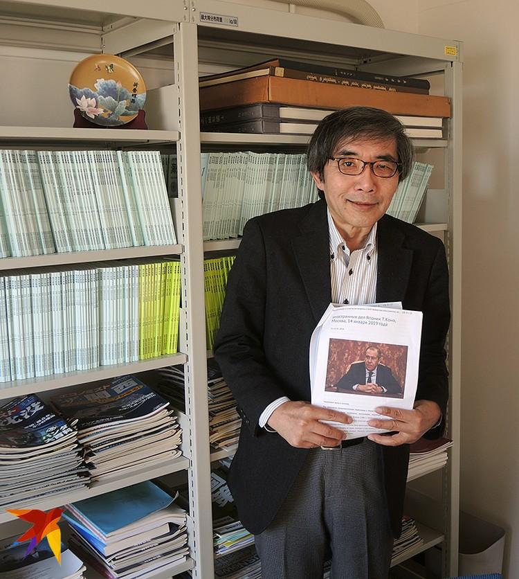 Профессор Нагоси Кэнро с портретом Сергея Лаврова