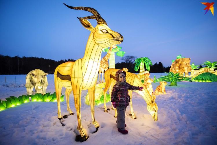 Дети с удовольствием фотографируются у светящихся композиций.