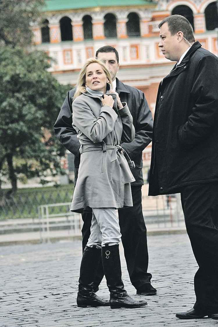 Актрису Шэрон Стоун мощные телохранители защищали на Красной площади и от фанатов, и от московского ветра.